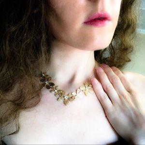 Jewelry - 🆕 Gold-Tone Rhinestone Flower Necklace